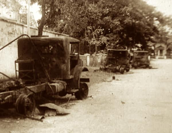 Uitgebrande vrachtwagen na aanval op Gubeng transport